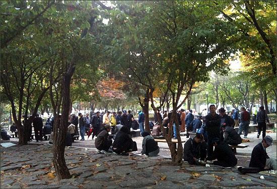 종묘공원에 모여 바둑과 장기를 두는 노인들.