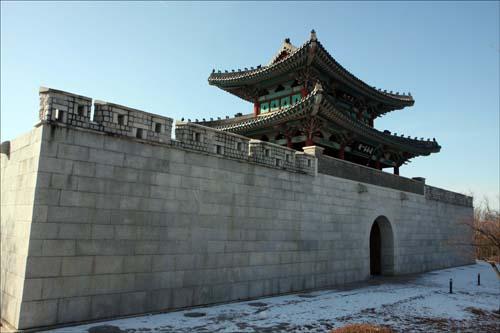 대구읍성의 남문(정문)이었던 영남제일관. 지금은 망우공원에 복원되어 있다.