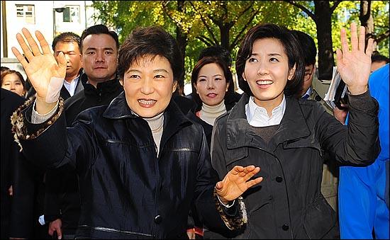 나경원 한나라당 서울시장 후보와 박근혜 전 대표가 10.26 재보궐선거를 하루 앞둔 25일 오전 서울 중구 프레스센터에서 서울역 방향으로 걸으며 시민들에게 인사를 하고 있다.