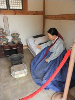 바느질 도구를 앞에 놓고 있는 침방나인(밀랍인형). 빙애도 침방나인이었다. 경기도 수원시 화성행궁 안에 있다.