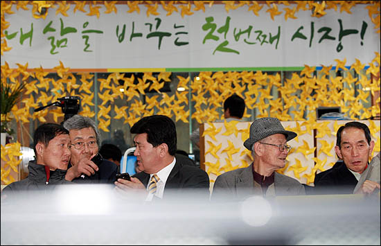 26일 오후 강남 3구의 투표율이 예상보다 높은 것으로 나오면서, 비상상황을 선포한 박원순 야권통합 서울시장 후보 선거캠프는 초조한 표정으로 투표결과를 기다리고 있다.