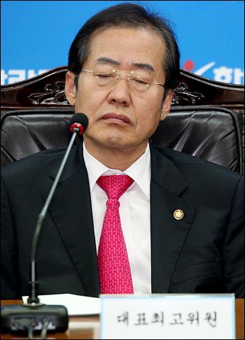 한나라당 홍준표 대표가 26일 국회에서 열린 최고중진연석회의에서 다른 지도부의 발언을 경청하고 있다. 2011. 10. 26