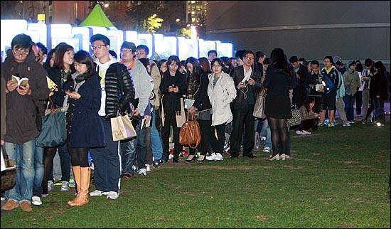 10.26 보궐선거가 치러진 26일 저녁 서울시청광장에서 투표 인증샷을 찍어온 수많은 시민들이 인터넷 시사라디오 '나는 꼼수다'의 출연진들에게 사인을 받기 위해 줄을 서서 기다리고 있다.