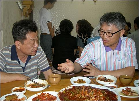자신의 기사 내용에 대해 설명하는 김영진 시민기자(우)와 경청하는 김갑수 시민기자(좌)