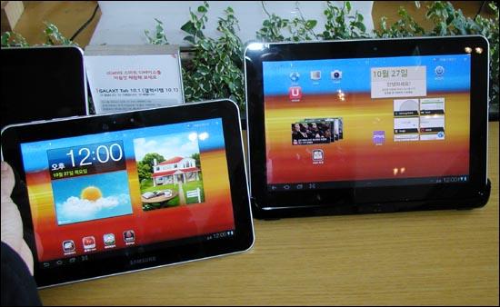 KT가 27일 스마트 홈 패드로 선보인 삼성 태블릿PC 갤럭시탭8.9(왼쪽)와 갤럭시탭10.1