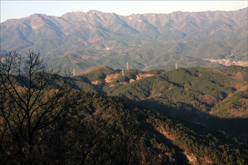 용암산성 옥천에서 바라본 팔공산의 줄기.