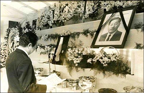 1975년 3월 1일, 국민대학 구내에 각계인사들이 참석한 가운데 불교의식으로 엄수된 고 김성곤 회장 영결식.