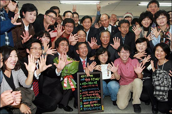 박원순 서울시장이 28일 오후 서울 안국동 안국빌딩에서 열린 선거대책본부 해단식에서 선거운동을 함께 했던 사람들과 기념촬영을 하고 있다.