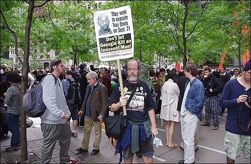 지난 9월 월스트리트 점령 시위에서 한 남성이 트로이 데이비스 사형 집행을 반대하는 시위를 벌이고 있다.