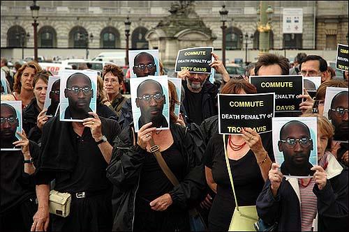 2008년 7월 프랑스 파리에서 트로이 데이비스 구명을 위해 열린 시위 장면.