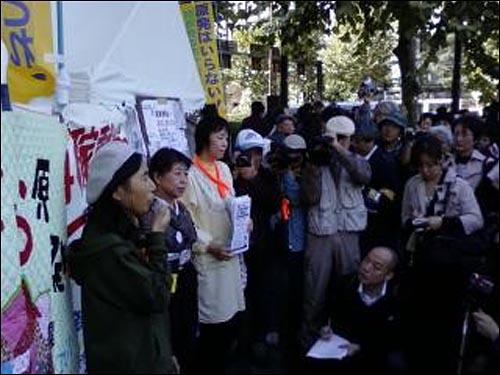 후쿠시마 여자들의 100인 시위 계획을 설명하며 참여를 호소하는 도쿄에서의 기자회견 현장. 기자회견을 통해 전국으로 후쿠시마 여성들의 계획이 소개되었고 전국적 지지와 참여의사가 쇄도하기 시작했다.