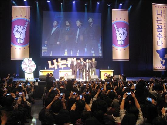 29일 서울 한남동 블루스퀘어에서 열린 <나는 꼼수다> 콘서트. <나꼼수> 4인방이 등장하자 관객들이 일제히 카메라를 꺼내들었다.