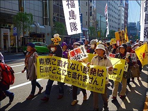 """29일, """"도쿄에 세울 수 없는 원전이라면 일본 어디에도 세울 수 없다""""라고 적힌 펼침막을 들고 도쿄 도심을 행진하는 후쿠시마의 여성들."""