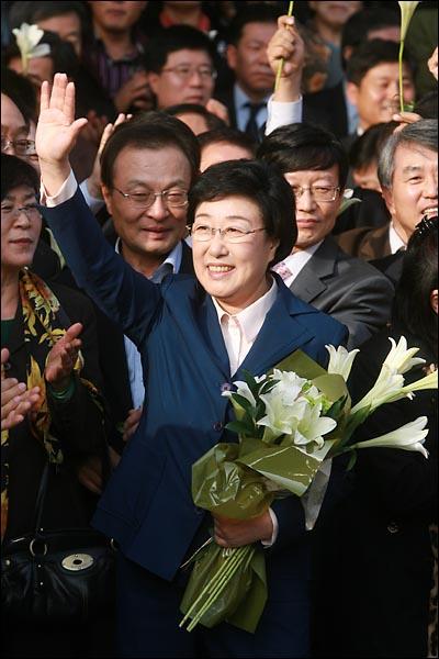 31일 오후 서울중앙지법에서 열린 '불법정치자금 9억여원 수수 혐의'에 대한 1심 선고에서 무죄를 받은 한명숙 전 총리가 환호하는 지지자들에게 둘러싸여 손을 흔들며 인사하고 있다.