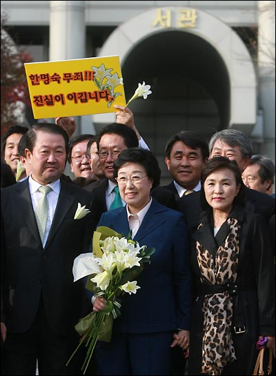 31일 오후 서울중앙지법에서 열린 '불법정치자금 9억여원 수수 혐의'에 대한 1심 선고에서 무죄를 받은 한명숙 전 총리가 강금실 변호사와 손을 잡고 법원을 나오고 있다.