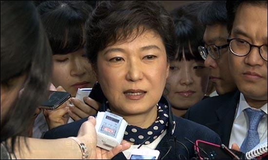 박근혜 전 한나라당 대표가 3일 오후 기자들과 만나 한미FTA 비준안이 이번에 처리되는 게 좋겠다는 입장을 밝혔다.