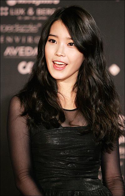 3일 저녁 서울 상암동 CJ E&M센터에서 열린 2011스타일 아이콘 어워즈 레드카펫에서 가수 아이유가 포즈를 취하고 있다.