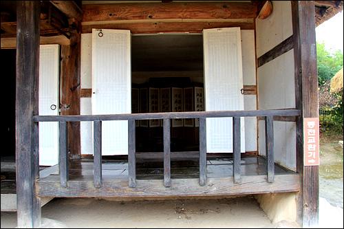 건넌방 건넌방은 높임마루를 놓고, 앞에는 난간을 둘러 정자방처럼 꾸몄다. 남부지방의 집에서 흔히 보이는 집안꾸밈이다