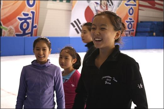 밤늦은 시간 훈련에 임하는 선수들, 왼쪽부터 신은정, 최다빈, 최다혜. 그리고 민유라 선수 활짝 웃고 있다
