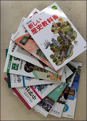 일본 정부가 30일 독도 영유권 기술을 노골적으로 강화한 중학교과서 검정결과 발표할 예정인 가운데 일본 중학교의 사회와 역사 교과서 등의 겉표지 모습. 이쿠호샤는 우익 성향의 출판사인 후소샤 대신 신청을 했다. 2011. 3. 30