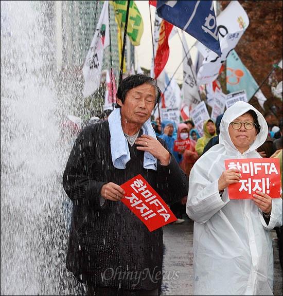 한미FTA 비준안 강행처리를 막기 위해 10일 오후 여의도 한나라당사로 향하던 집회 참가자들이 경찰이 쏜 물대포를 맞고 있다.