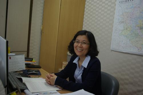 김보라 안성 '소통과연대' 김보라 대표다. 그녀는2 ~3년 사이 농촌도시 안성에 젊은이들이 돌아오고 있다고 말한다. 안성 젊은이들과 소통하고 연대하여 새롭고 젊은 안성을 만들어가고자 마당을 만들어가고 있다.