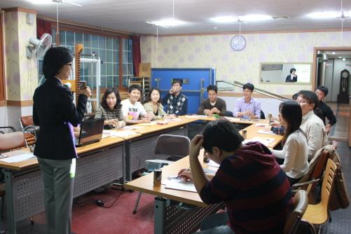 강좌 11월 5일 토요일, 안성1동사무실 2층 회의실에서 안성 젊은이들을 상대로 박미정 강사가 강의하고 있다. 이날 강의는 안성 젊은이들을 대화의 장으로 이끌어내기 위한 징검다리가 될 것으로 보인다.