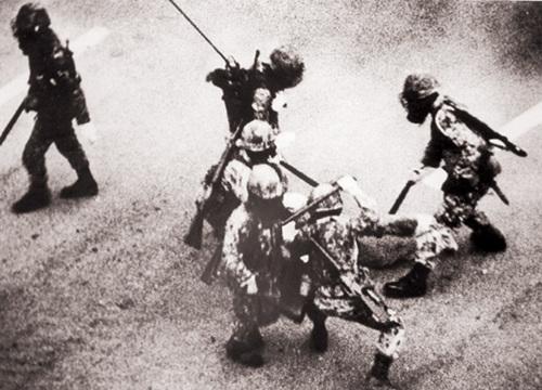 1980년 5월, 공수부대의 강경한 광주 시위진압.