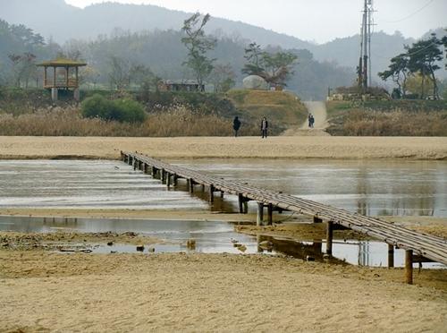 육지속의 섬마을 회룡포에 건너가는 철판으로 만든 '뿅뿅다리'위에 서면 내성천의 맑은 물속 모래알이 다 보인다.