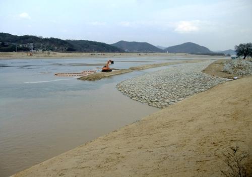 구담리 구담교에 도착하니 4대강 사업으로 낙동강엔 한창 모래준설과 제방쌓기 공사를 하고 있다.