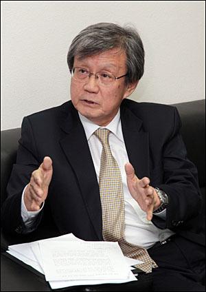 이태진 국사편찬위원장이 11일 오후 정부중앙청사 교육과학기술부 기자실에서 새 중학교 역사 교과서의 5.18 민주항쟁 삭제 논란 등에 대해 해명하고 있다.