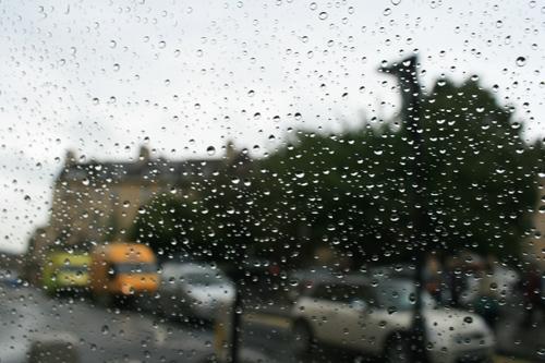 비 내리는 바쓰 차창 밖으로 비 내리는 바쓰가 지나간다.