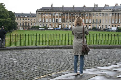 로열 크레슨트의 여인 비 내리는 로열 크레슨트를 사진기에 담고 있다.