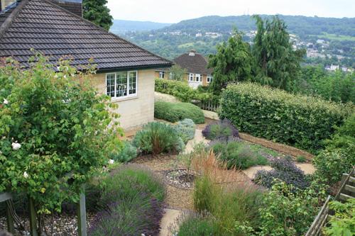 영국식 정원 바쓰 언덕 위에는 아름다운 정원을 갖춘 집들이 눈길을 끈다.