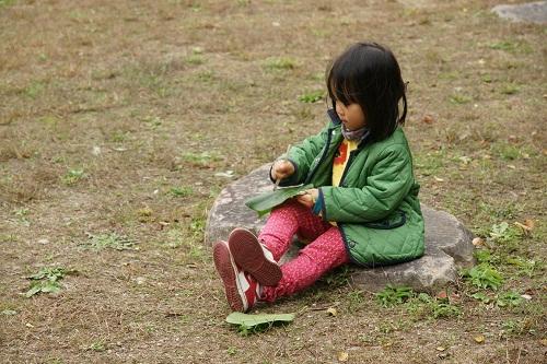 네 살 수빈이 혼자 나뭇잎으로 무슨 놀이를 하는 중일까요?