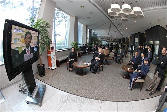 16일 오전 서울시청 별관 1층 로비에 설치된 TV를 통해 '박원순 서울특별시장 온라인 취임식'이 생중계되고 있다.