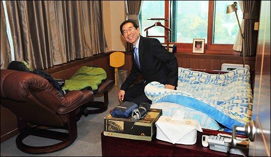 박원순 서울시장이 16일 오전 서울시청 별관 집무실에서 열린 온라인 취임식에서 침대가 놓여 있는 내실을 공개하고 있다.