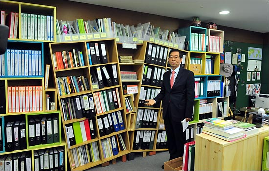 박원순 서울시장이 16일 오전 서소문별관에서 생중계로 진행된 온라인 취임식에서 집무실을 소개하고 있다.