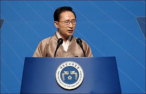 이명박 대통령. 사진은 지난 8월 15일 세종문화회관에서 열린 66주년 광복절 기념식에 참석한 이 대통령이 경축사를 하는 장면.