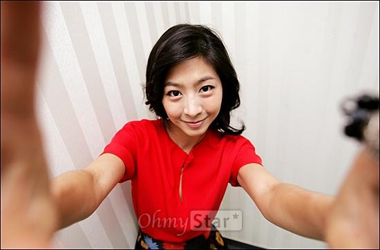 채널CGV TV방자전의 춘향이 배우 이은우가 9일 오전 서울 상암동 오마이스타를 찾았다. 배우 이은우가 사진기자의 카메라로 셀프촬영을 하고 있다.