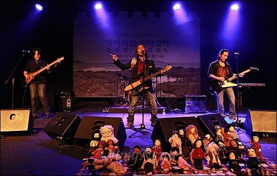 21일 저녁 서울 마포구 가톨릭청년회관 CY씨어터에서 열린 <구럼비의 노래를 들어라> 출판 기념-문정현 신부와 함께 하는 '강정평화 유랑공연'에서 강정마을과 연대하는 인디밴드 '고구려 밴드'가 멋진 공연을 선보이고 있다.