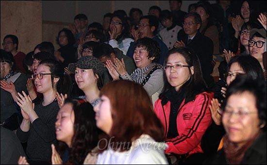 21일 저녁 서울 마포구 가톨릭청년회관 CY씨어터에서 열린 <구럼비의 노래를 들어라> 출판 기념-문정현 신부와 함께 하는 '강정평화 유랑공연'에서 문정현 신부가 독백극으로 공연하자, 관객들이 환호하고 있다.
