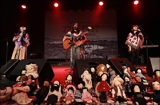 21일 저녁 서울 마포구 가톨릭청년회관 CY씨어터에서 열린 <구럼비의 노래를 들어라> 출판 기념-문정현 신부와 함께 하는 '강정평화 유랑공연'에서 강정마을 밴드 '신짜꽃밴'이 멋진 공연을 선보이고 있다.