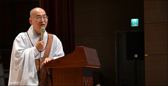 전국 연속 100회 강연을 하고 있는 법륜 스님. 청중들의 다양한 인생 고민에 대해 막힘없이 명쾌한 답변을 들려주고 있습니다.