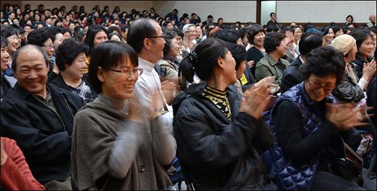질문자가 이 대목에서 갑자기 환한 웃음을 보이자, 청중들로부터 뜨거운 감동의 박수가 쏟아졌습니다.