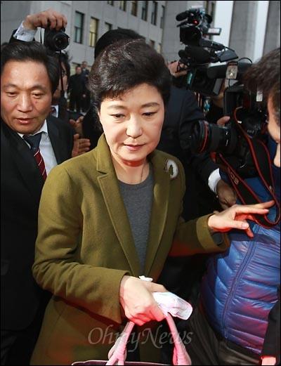 """22일 오후 한나라당이 한미FTA 비준안을 기습 강행처리한 가운데, 박근혜 의원이 본회의에 참석한 뒤 국회를 떠나고 있다. 경찰에 봉쇄되어 본청에 들어가지 못하고 농성을 벌이던 야당 당직자들은 박 의원을 향해 """"매국노""""라고 외치며 거세게 항의했다."""