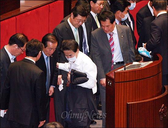 22일 국회 본회의에서 한미FTA 비준안이 강행처리된 후 민주당 정동영, 유선호, 장세환 의원이 망연자실한 표정으로 자리를 뜨고 있다.
