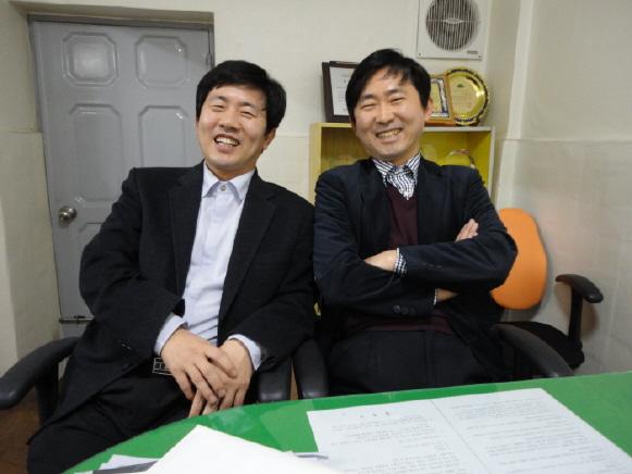 형제인 유종현 대표이사(우)와 유종욱 총괄이사