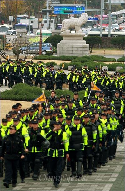 22일 오후 국회 경호권이 발동된 가운데 한나라당이 '한미FTA' 비준안을 기습 강행처리할 예정인 가운데, 진압장비를 갖춘 경찰병력들이 국회 정문을 통해 본관으로 진입해 들어오고 있다.
