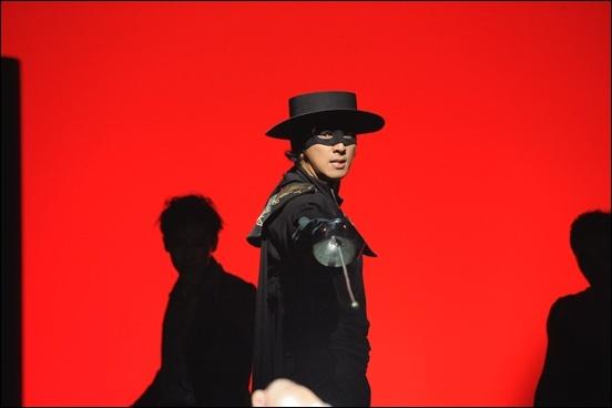 뮤지컬 <조로>에서 가면을 쓰고 망토를 입고 '평범한' 디에고가 아닌, '영웅' 조로로 변신한 박건형.